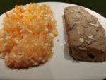 Cake aux champignons et noix avec une salade de crudités